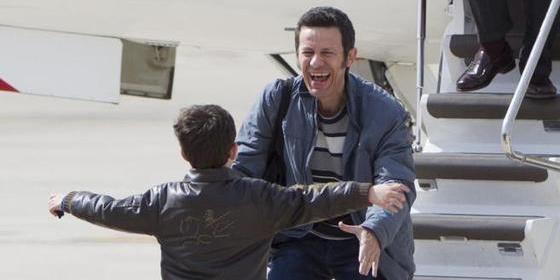 Javier Espinosa recibido por su hijo, en el aeropuerto madrileño de Cuatro Vientos, tras 194 días de cautivero en manos de los fanáticos islamistas, en Siria.