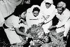 El cadáver ensangrentado de Monseñor Romero yace en el suelo d ela capilla, tras recibir un balazo en San Salvador, 24 de marzo de 1980.