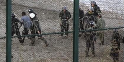 Inmigrantes detenidos en Ceuta