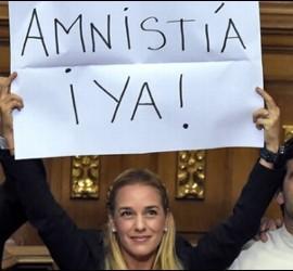 Lilian Tintori, esposa de Leopoldo López, exige la amnistía de los presos políticos en la Asamblea de Venezuela.