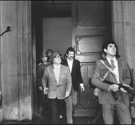 El presidente chileno Salvador Allende a la puerta del palacio, durante el golpe de Pinochet (1973).