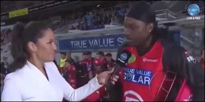 Gayle, jugador de los Melbourne Renegades, entrevistado por Mel McLaughin.
