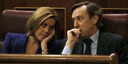 La secretaria general del PP, María Dolores de Cospedal, junto al portavoz parlamentario, Rafael Hernando.