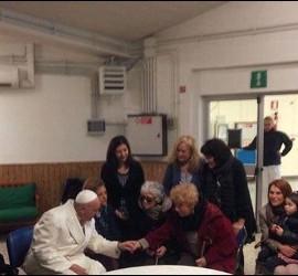 El Papa, en una residencia de ancianos de Roma
