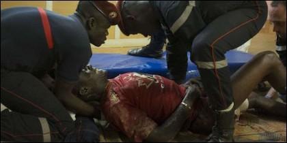 Las fuerzas de seguridad de Burkina Faso recogen a un herido en el ataque terrorista de Al Qaeda.