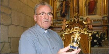 El cura Adolfo Enríquez, párroco de Vilanova dos Infantes, en Celanova (Orense) con la Virgen de Cristal.