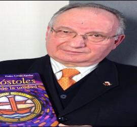 P. Langa con un volumen de 'Apóstoles de la unidad'