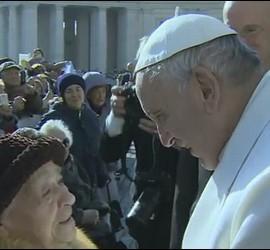 El Papa saluda a una anciana