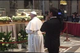 El Papa reza ante los restos del Padre Pío y de San Leopoldo