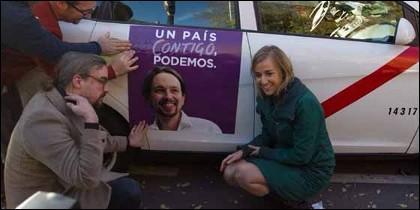 Tania con la imagen de Iglesias en un taxi...premonitorio.
