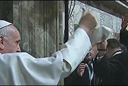 El Papa hace el signo de la victoria a sus misioneros de la misericordia