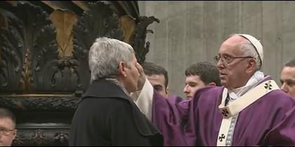 El Papa impone la ceniza a una señora