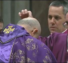 El Papa impone la ceniza al cardenal Bertone