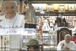 Francisco compite en popularidad con Juan Pablo II