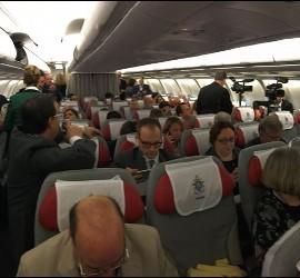 Periodistas en el vuelo papal