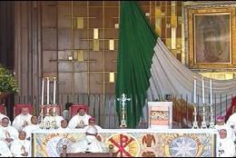 Francisco reza delante de la Virgen de Guadalupe