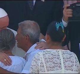 El Papa abraza a una pareja de ancianos que cumplió 50 años de casados