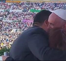 El Papa abraza a una pareja de divorciados vueltos a casar