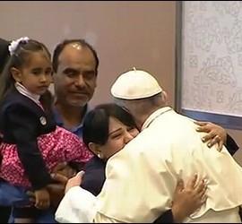El Papa abrazándose con una familia