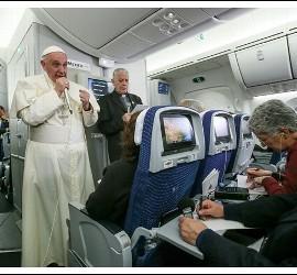 El Papa, durante la entrevista en el vuelo