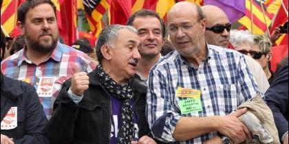 Junqueras detrás de Josep Maria Álvarez (UGT), que conversa con el secretario general de CCOO en Cataluña, Joan Carles Gallego.
