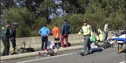 La Guardia Cicil auxilia a los ciclistas atropellados en la carretera.