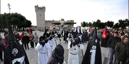 Semana Santa en Medina del Campo, con el espectacular Castillo de la Mota de espectador.