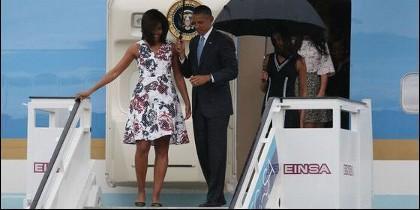 Michelle y Barack Obama a su llegada a Cuba.