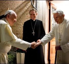 Francisco, con Benedicto, en presencia de Ganswein