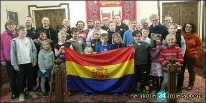 El Alcalde de Zamora, con la familia del exbrigadista Sueco.