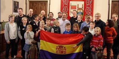 Francisco Guarido (IU) con bandera republicana y familiares de un brigadista sueco, en el Ayuntamiento de Zamora.