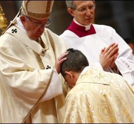 El papa Francisco ordena obispo a Ayuso, miembro de la junta directiva del KAICIID