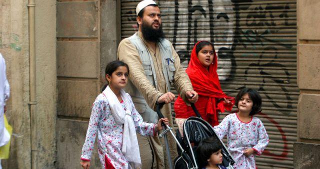 Los musulmanes vuelven a invadir España: dos millones de islámicos y 84 centros de oración radicales Islam-una-familia-musulmana-en-espana
