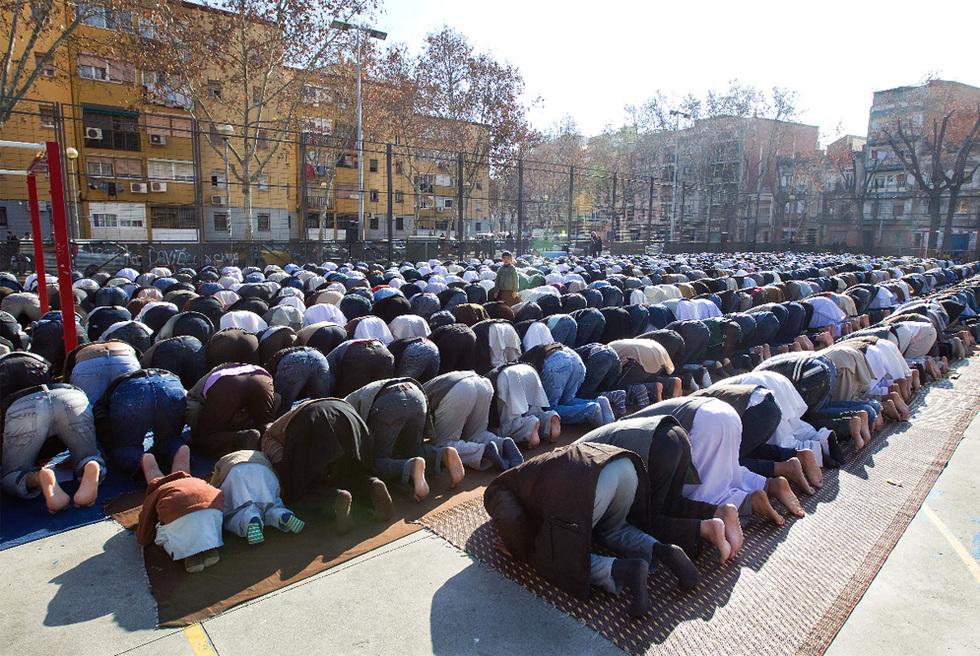 Los musulmanes vuelven a invadir España: dos millones de islámicos y 84 centros de oración radicales Musulmanes-rezando-a-ala-en-una-calle-de-espana