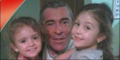 Antonio Martínez y sus hijas Rocío y María.
