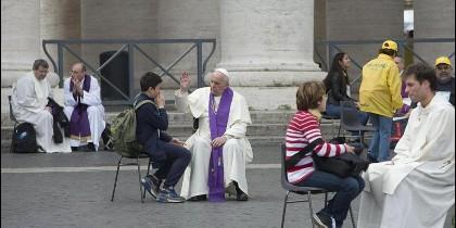 El Papa confiesa en Plaza de San Pedro