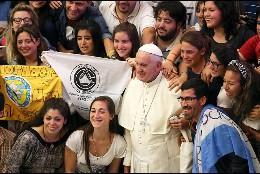 Francisco, con jóvenes
