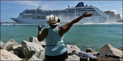 Muchas personas despidieron con júbilo al barco en Miami, capital del exilio cubano