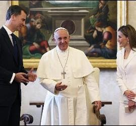 El rey Felipe VI y doña Letizia conversan con el Papa