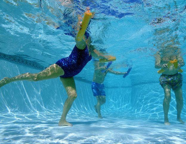 Los 5 ejercicios para quemar calor as dentro de la piscina for Ejercicios en la piscina