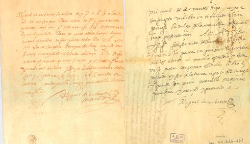 Felipe VI saluda al Papa y le regala autógrafos de Cervantes