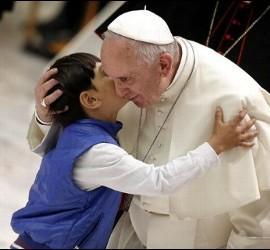 El Papa abraza a un niño