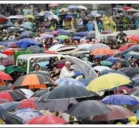 Audiencia bajo la lluvia