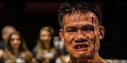Un luchador en un combate letal de artes marciales.