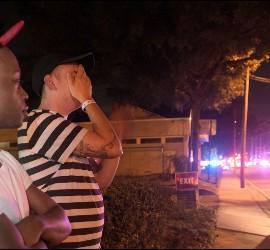 Alguno de los supervivientes, a la puerta del Club Pulse de Orlando.