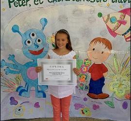 La ganadora, con su diploma