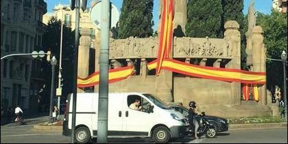 Bandera española en la plaza Mossèn Cinto Verdaguer.