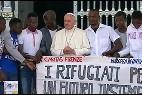 El Papa posa con los refugiados