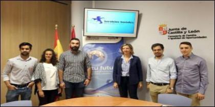 Alicia García con miembros del Consejo de la Juventud en Castilla y León
