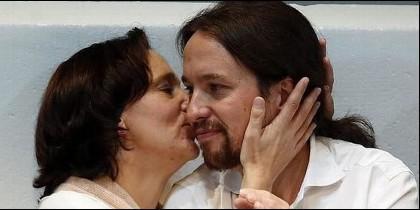 Carolina Bescansa besa a Pablo Iglesias (PODEMOS).